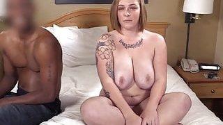 La grosse femme a eu une fellation avec l'homme noir