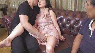 La mère mûre asiatique de votre ami baise sur le canapé