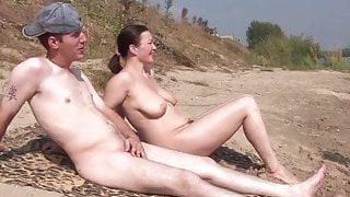 Sexe de groupe avec des femmes se faire bronzer dans la mer