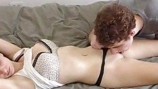 Il a sucé le vagin de sa soeur endormie et a réussi sans permission