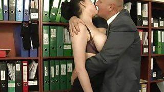 La secrétaire a blanchi le patron en faisant du sexe oral